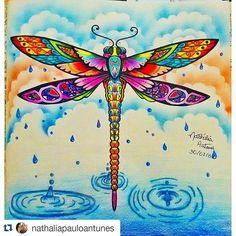 Instagram media desenhoscolorir - Bela pintura e fundo! #Repost @nathaliapauloantunes with @repostapp ・・・#desenhoscolorir Terminei minha libélula. Me inspirei no trabalho de um rapaz que fez a libélula saindo do lago, não sei o nome dele. #libélula #florestaencantada #jardimsecreto #secretgarden #enchantedforest #johannabasford #florestaencantada