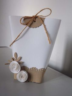 Paper bag decorations into gift bags Creative Gift Wrapping, Creative Gifts, Craft Gifts, Diy Gifts, Paper Purse, Gift Wraping, Paper Gifts, Diy Gift Bags Paper, Gift Packaging