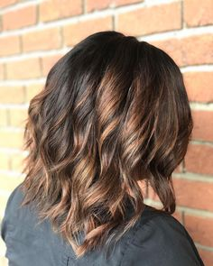 Textured and dimensional! Flaunt your black hair with golden brown swirls, and notice the magic they do to your mid-length chop. Chunky Blonde Highlights, Red Hair With Highlights, Caramel Highlights, Latest Hairstyles, Summer Hairstyles, Wedding Hairstyles, Mid Haircuts, Dark Red Hair, Dull Hair