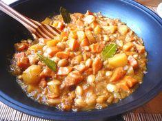 Výborný a lehký oběd do chladnějších dnů, který potěší Vaše smysly. Kombinace bylinek a koření je jedinečná a velmi jemná. Nebojte se tolika druhů koření. Určitě můžete více či méně improvizovat, ale právě uvedená kombinace je báječná! Navíc batáty s bramborami a fazolemi vytvářejí velmi výživný a dietní pokrm. 4 porce, příprava 30 minut3 PL …