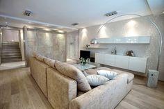 filigrane Spitze-Motive für die Wohnzimmerwand und weiße Hochglanz-Schränke