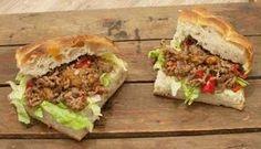 Turks brood met pittig gehakt; een recept voor lekkerbekken. Knapperig brood met kruidig en pittig vlees. Lekker met zoete chilisaus.