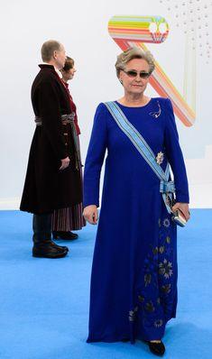 33ed29faa11 HELLE MERI, kuninglik rukkilillesinine kleit on valmistatud  superluksuslikust Loro Piana kašmiir-siidist. Amanjeda · The 100
