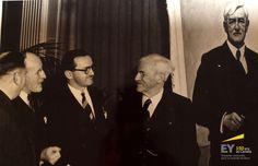 Réception et présentation du portrait du colonel Gordon, en 1951. De gauche à droite : Frank S. Vanstone, A.R. Mackenzie et A.J. (Pete) Little, présentant le portrait au colonel Gordon. #EYCan150