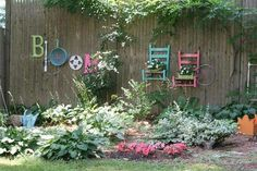 Love this fence decor made from repurposed materials.