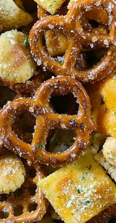 We've loaded our zesty Ranch Chex Mix with seasoned pretzels, peanuts, Chex cereal, and a variety of crackers. This insanely easy ranch snack Delicious Appetizers, Delicious Dishes, Appetizers For Party, Appetizer Recipes, Snack Recipes, Yummy Food, Party Snack Mixes, Party Snacks, Christmas Parties