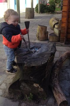 Je kunt op veel bijzondere plaatsen met 'modderkeukengerei' spelen! Firewood, Texture, Crafts, Surface Finish, Woodburning, Manualidades, Handmade Crafts, Craft, Arts And Crafts