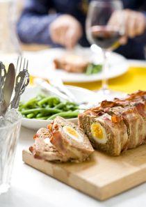Pinot Noir uit Nieuw Zeeland smaakt meestal fris, kruidig en sappig. Dat combineert goed met dit smeuïge gehaktbrood. De verse kruiden in het gehakt accentueren de kruidigheid van de wijn. Zoete t…