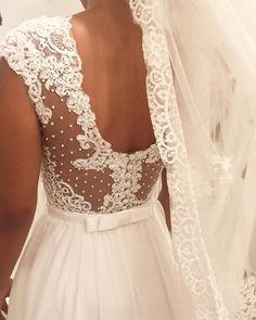 Detalhe super romântico do vestido da Caroline! ❤️ Amo... #sobmedida #noiva #casamento #noivasdastephanie #noivalinda #vestidodenoiva…