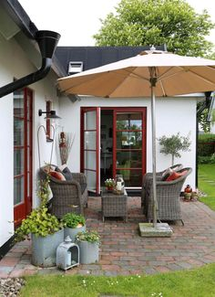 The most used part of the garden, with a group of furniture in artificial rattan. Pool Porch, Porch Area, Outdoor Spaces, Outdoor Living, Outdoor Decor, Porches, Getaway Cabins, Pergola Designs, Interior Inspiration