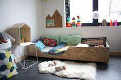 lettino basso via: http://www.madecocommelesgrands.com/9201-la-chambre-de-rylia-lou-lit-de-grande-et-tons-pastels