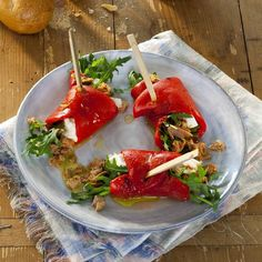Gegrilde paprika rolletjes met rucola, geitenkaas(of feta kaas) en tonijn