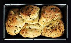 Ha egy napra péknek állnátok, akkor ezt a zöldfűszeres kenyérkét mindenképp készítsétek el! Egyrészt nézzetek rá: baromi cukin néz ki, másrészt tök különleges az alapelképzelés, hiszen gombócokból áll, harmadrészt, ha mindez nem lenne elég, még zöldfűszeres is, tehát az alap íze is elég király.