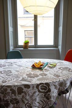 Gudrun Sjödéns Winterkollektion 2014 - Die bezaubernde Tischdecke Botanik ist in folgenden Farben erhältlich: Creme, Natur oder Taubengrau.