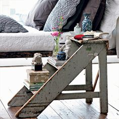 Creative ideas for decorating your home with ladders. From a bathroom towel hanger to a bedroom side table. (image by Casa e Jardim)