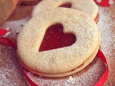 Dnes je první únorový den, takže svátek svatého Valentýna je za dveřmi. Pokud hledáte inspiraci, jak dát najevo, že Vám na Vašem milém záleží, ale nechcete kupovat žádné zbytečné dárky, jste tu správně. Darujte tyto vynikající zamilované sušenky lepené jahodovou marmeládou! Jsou rychlé, snadné a je to úplné zhmotnění sladké lásky na talíři! :) Na… Bagel, Doughnut, Red Velvet, Cupcakes, Bread, Cookies, Crack Crackers, Cupcake Cakes, Brot