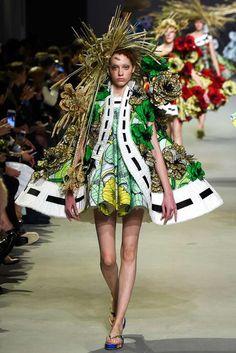 Viktor & Rolf Parigi - Haute Couture Spring Summer 2015 - Shows - Vogue. Haute Couture Paris, Couture Week, Style Haute Couture, Couture 2015, Spring Couture, Couture Fashion, Runway Fashion, Fashion News, High Fashion