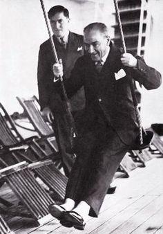 Cumhuriyetin gülen yüzü (29 Ekim 2013)  Mustafa Kemal Atatürk, gemi güvertesinde salıncakta sallanırken... 1930'lu yıllar.