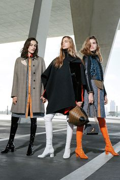 The complete Louis Vuitton Pre-Fall 2017 fashion show now on Vogue Runway. Fashion 2017, Fashion News, Luxury Fashion, Fashion Trends, Runway Fashion, Louis Vuitton, Street Style Trends, Michael Kors Collection, Fashion Show Collection