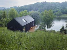 豊かな森に囲まれた湖のほとりに建つ小さな別荘。ウィーンの建築スタジオBackraum…