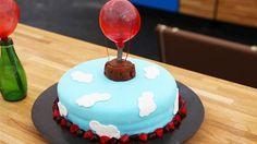 Fødselsdagskage med forskelligt farvede bunde