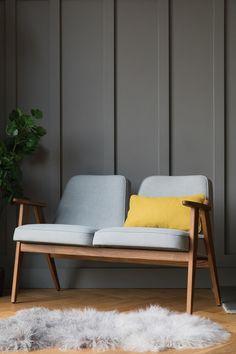 Ce canapé 2 places, de la marque 366 Concept-Retro Furniture, est inspirée du célèbre fauteuil 366 du designer polonais Jozef Chierowski. De couleur jaune mouta