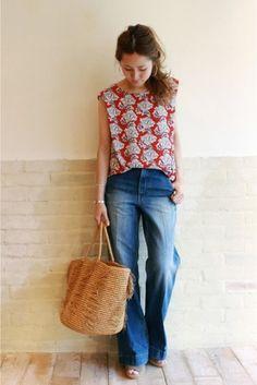 シンプルなワイドデニムパンツに、赤を使ったボタニカル柄のブラウスを合わせて。女性らしく上品なコーディネートです。