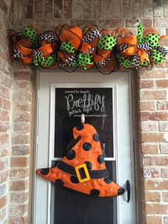 DIY Halloween home decor: Simple Halloween Swag Halloween Mesh Wreaths, Halloween Garland, Halloween Lanterns, Halloween Porch, Halloween Home Decor, Halloween Boo, Halloween Projects, Holidays Halloween, Halloween Decorations