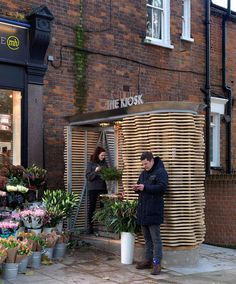 London flower kiosk with a wavy timber exterior by Buchanan Partnership. Kiosk Design, Retail Design, Design Blog, Cafe Design, Interior Design, Landscape Architecture, Architecture Details, Timber Slats, Canopy Outdoor