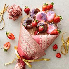 Food Bouquet, Diy Bouquet, Candy Bouquet, Edible Bouquets, Dessert Boxes, Chocolate Bouquet, Edible Arrangements, Food Goals, Cake Decorating Tips