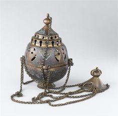 Ensensoir 2e quart 13e siècle  SITE DE PRODUCTION Limoges (origine) TECHNIQUE/MATIÈRE cuivre (métal) , doré , émail champlevé DIMENSIONS Hauteur : 0.178 m Diamètre : 0.105 m
