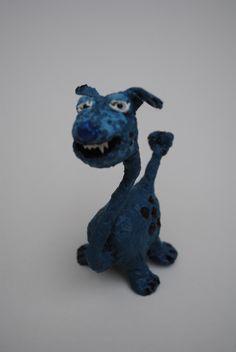 Perro prehistórico. Corcho, alambre, papel maché, detalle de dientes en papel.Pintado con colores acrílicos.