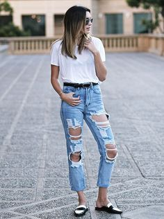 Como style camiseta branca e calça jeans Ripped Jeans, Mom Jeans, Fashion Drug, Looks Jeans, Styles P, Church Outfits, Jeans Style, Blue Jeans, Ideias Fashion