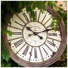 Horloge murale ronde en lattes de bois 50cm l 39 heure c - Horloge murale style gare ...