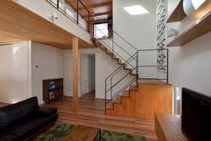踊り場1畳分フラットな2.5畳の階段。 これなら頑張って踊り場大きくして書棚やカウンターをつけたい。 そうすれば階段下も広くなって子供の遊び場にもなる。 Stairs, Room, House, Home Decor, And More, Life, Tiny Houses, Staircases, Bedroom