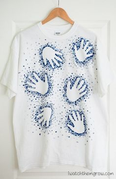 Great tutorial for a cool Father's Day gift! A dotted handprint t-shirt the kids. Great tutorial for a cool Father's Day gift! A dotted handprint t-shirt the kids…- Diy Father's Day Gifts Easy, Diy Gifts For Dad, Cool Fathers Day Gifts, Father's Day Diy, Fathers Day Shirts, Fathers Day Crafts, Gifts For Kids, Diy Father's Day Tshirt, Paint Shirts