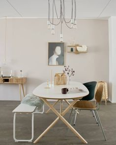 15 tinten roze voor op je muur - Makeover.nl Asian Interior, Minimal Home, Interior Inspiration, New Homes, Dining Table, Wall Decor, House Design, Flooring, Chair