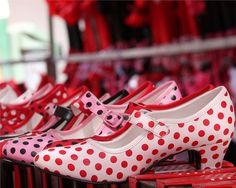 happy polka dot feet - promis ! naxt time I go to Barcelona, I assume my polka dots envy and buy one of these pairs for tourists ...... :-)