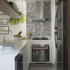 Detalhes charmosos na decoração da cozinha...  Azulejo na parede do fogão {Projeto: SP Estudio}