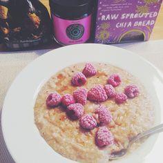 Carob oatmeal till frukost toppat med sukrin gold och hallon som pricken över i:et. Både carob och sukrin gold har en kola aktig smak vilket passar perfekt tillsammans. Och sukringold smälter sådär uuuunderbart gott ni hittar det hos @nutrinick_sweden Till kaffet efteråt njöt jag av ett raw chia knäcke från @herbalstore.se jag är besatt. Nu måste jag klicka hem alla andra smaker också! #Padgram