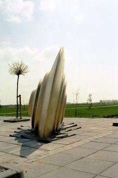 'Fallen' (1999) door Thom Puckey Locatie: Buñuellaan, Filmwijk (Almere Stad), bij het Baken Park Lyceum   * thom puckey - Google Search