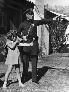 Deputy Sewell Griggers and Shirley Temple Old Hollywood Actresses, Hollywood Icons, Golden Age Of Hollywood, Hollywood Stars, Hollywood Photo, Classic Hollywood, Sheriff, Shirly Temple, Old Movie Stars