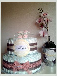 Tarta de pañales en chocolate, rosa y beige con detalle de scrap