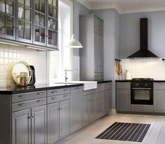 Traditional grey IKEA kitchen with black worktops and integrated appliances Fronty (wzór, nie kolor), zlew, bateria, kafle ? Bodbyn Kitchen Grey, Grey Ikea Kitchen, Black And Grey Kitchen, Grey Kitchen Cabinets, Grey Kitchens, Country Kitchen, Home Kitchens, Kitchen With Black Appliances, Home Decor Kitchen