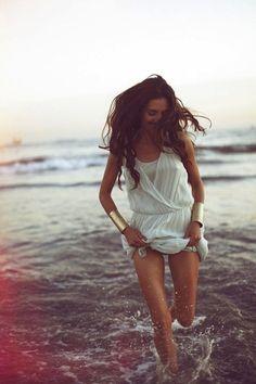 Bewegung, Lebensfreude, Aktion Nord Sud Blog: Summer singlasses. Beach, model and gold jewellery.