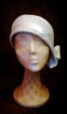 Delicado sombrero tipo años 20, realizado a mano con materiales de primera calidad. ¡Aprovecha el frío para vestir tu cabeza!
