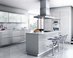 Los diseños de cocinas modernas 2016 destacan por la pureza de su estilo, la idea es buscar la elegancia y la sencillez, y por ello priman las cocinas con barra o de isla. El diseño horizontal en armarios y muebles se impone sobre el vertical y los interiores de estos se equipan con lo último …