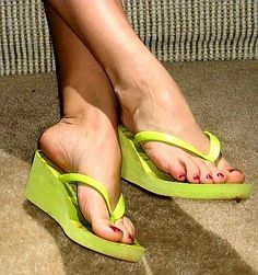 Girls Flip Flops, Flip Flop Shoes, Womens Flip Flops, Sexy Sandals, Bare Foot Sandals, Green Sandals, Cute Toes, Pretty Toes, High Heels Images