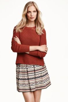 Falda estampada: Falda estampada corta con ligero vuelo, pliegue de tablas, bolsillos al bies y cremallera oculta detrás. Forrada.