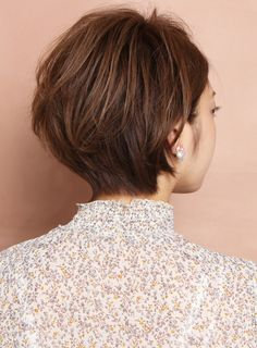 カットで作る大人可愛いショートボブスタイル!!エリアシは少し長めに残し女性らしく首に張り付くようにカットします。トップはボリュームがでるように後頭部に丸みを残しながらフワッとレイヤーをいれます。直毛の方は軽くパーマをかけるとより扱いやすくなります。